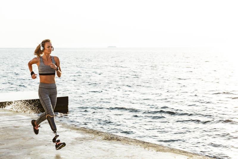 Het verbazende gehandicapte sportenvrouw lopen stock foto