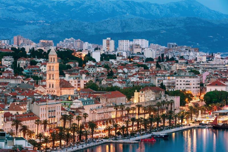 Het verbazende Gespleten panorama van de stadswaterkant bij blauw uur, Dalmatië, Europa Roman Palace van de Keizer Diocletian en  stock foto's