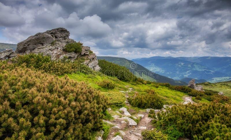 Het verbazende Landschap van de Berg De lentelandschap in alpiene bergen met donkere wolken royalty-vrije stock foto's