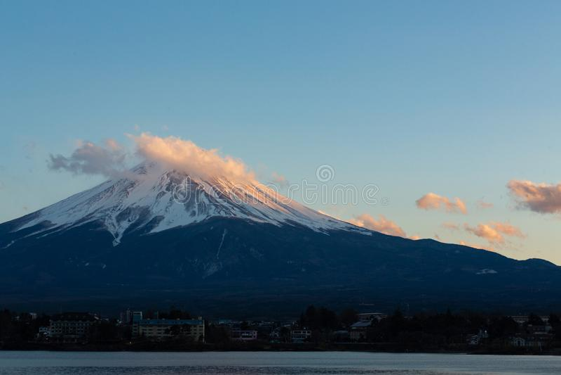 Het verbazende meer van MT Fuji Kawaguchiko, het landschap van Japan in de tijd van de zonsondergangdag in blauw hemelconcept als royalty-vrije stock foto