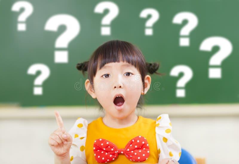 Het verbazingsmeisje is volledig van vragen stock fotografie