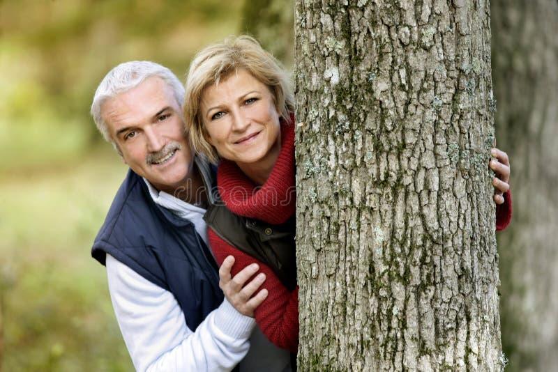 Het verbergen van het paar achter boom royalty-vrije stock afbeelding