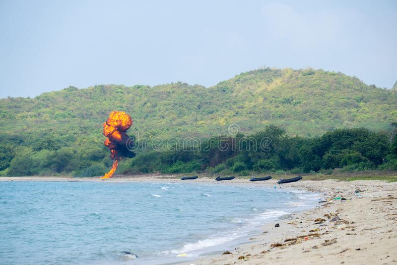 Het verbindingsteam van internationale marine steekt bommen op het strand tijdens Cobra Gouden 2018 Multinationale Militaire Oefe stock afbeeldingen