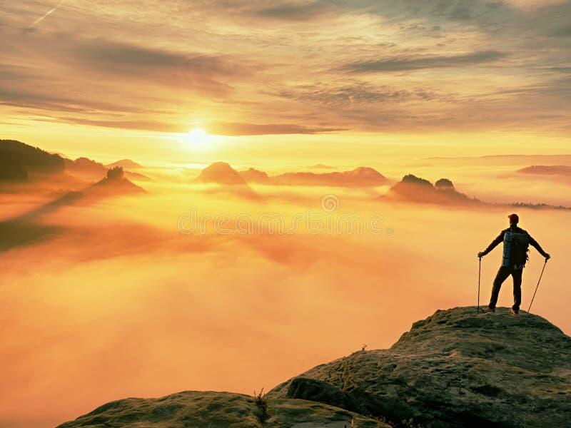 Het verblijf van het mensensilhouet op scherpe rotspiek Stel wandelaar tevreden genieten van mening Lange mens op rotsachtige kli royalty-vrije stock foto's