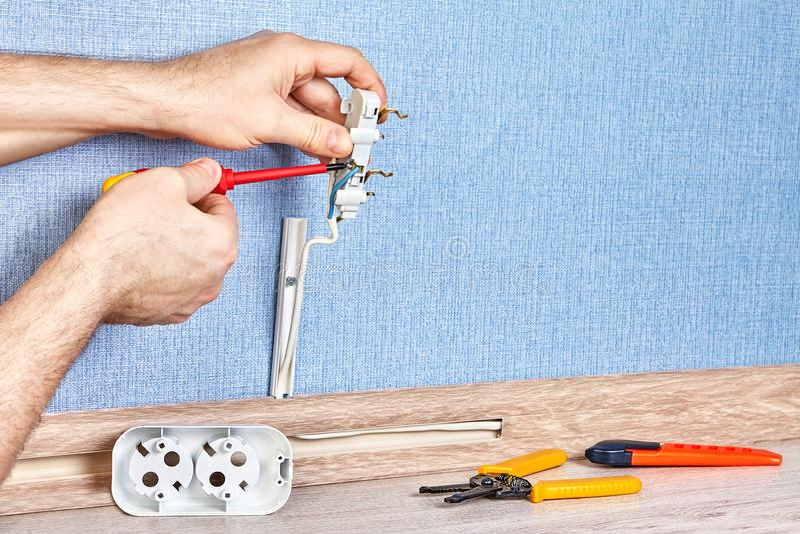 Het verdraaien van schroef in elektrische afzet royalty-vrije stock afbeelding