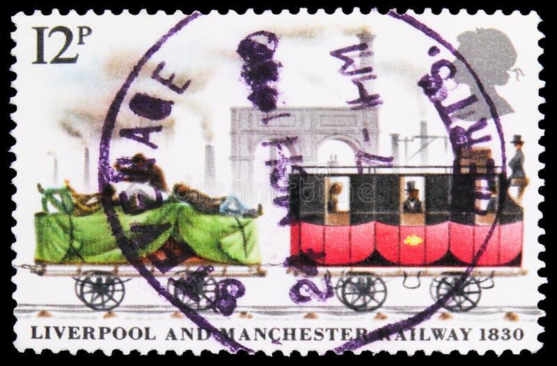In het Verenigd Koninkrijk gedrukt postzegel toont Goods Truck & Mail Coach, Liverpool & Manchester Railway serie, circa 1980 royalty-vrije stock foto