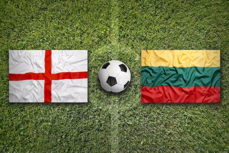 Het Verenigd Koninkrijk versus De vlaggen van Litouwen op voetbalgebied royalty-vrije stock afbeeldingen