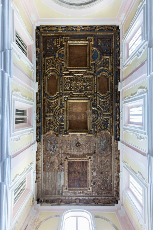 Het verfraaide dak op een barokke kerk in Italië royalty-vrije stock afbeelding