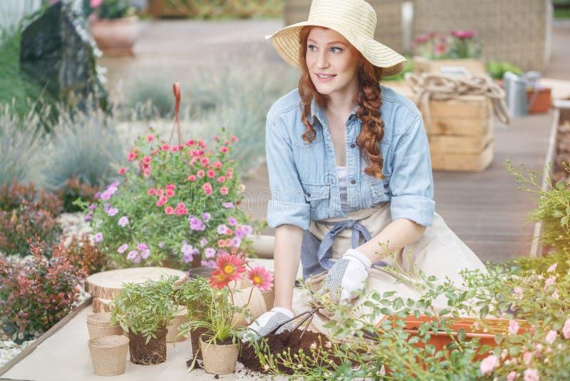 Het verfraaien van de zomerhuis met bloemen stock afbeeldingen