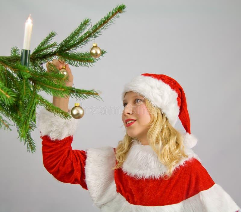 Download Het Verfraaien Van Een Christmastree Stock Afbeelding - Afbeelding bestaande uit krullend, bont: 10784281