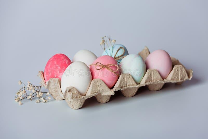 Het verfraaien van eieren Pasen komt spoedig stock foto