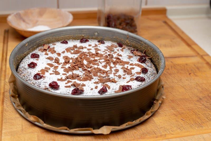 Het verfraaien van smakelijke cakes in de huiskeuken Het voorbereiden van dessert voor de vakantie stock foto