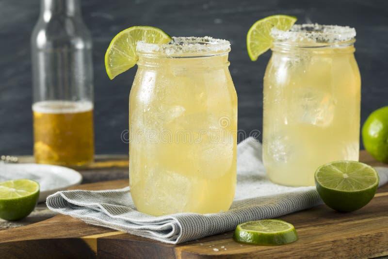 Het verfrissen van Alcoholisch Bier Margarita Beerita stock afbeeldingen