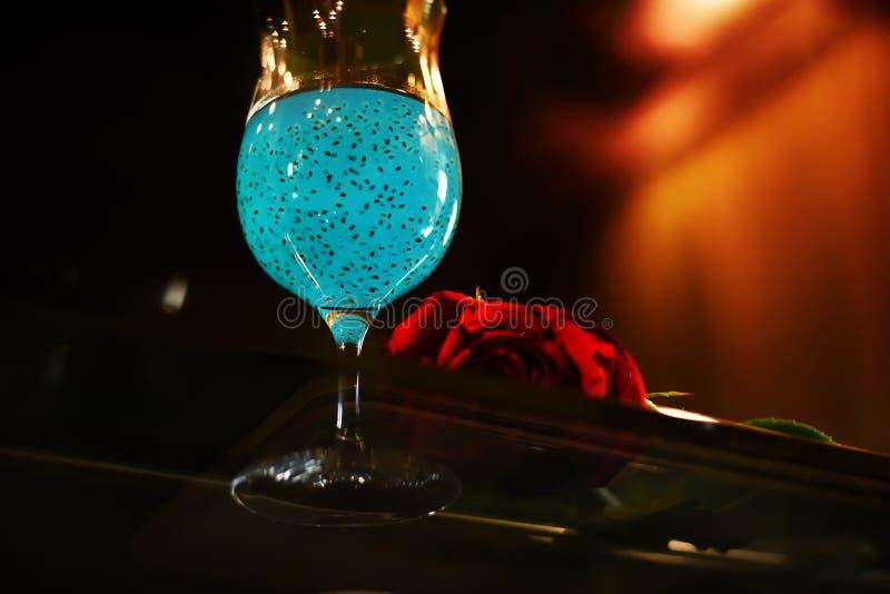 Het verfrissen van gezonde drank met chiazaden en rood nam op een zwarte achtergrond toe Comfortabele vertrouwelijke atmosfeer fo royalty-vrije stock foto