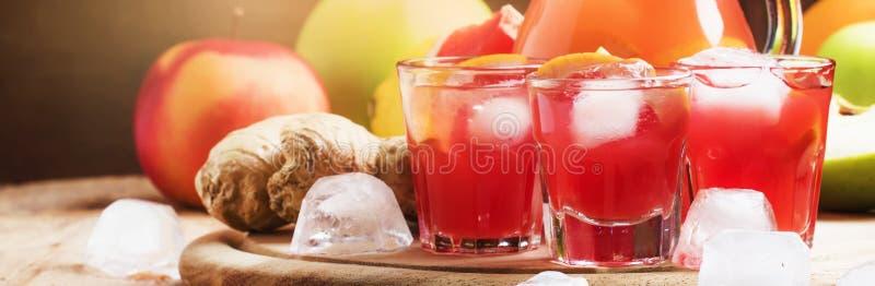 Het verfrissen van koude drank met grapefruit, appelen en gember, oude houten achtergrond, banner, selectieve nadruk royalty-vrije stock afbeelding