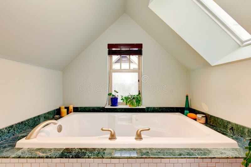 Het verfrissen van mooie badkamers met grote whirpool stock afbeelding