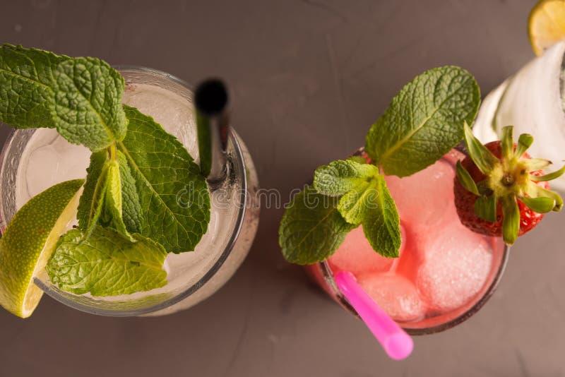 Het verfrissen zich, het stimuleren Mahito die van aardbei, kalk, rum wordt gemaakt royalty-vrije stock foto's