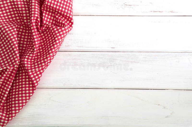 Het Verfrommelde rode geruite tafelkleed of het servet op leeg wit w royalty-vrije stock fotografie