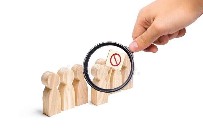 Het vergrootglas bekijkt het cijfer van de persoon komt uit de lijn met een teken Een boze menigte van houten cijfers van mensen royalty-vrije stock foto