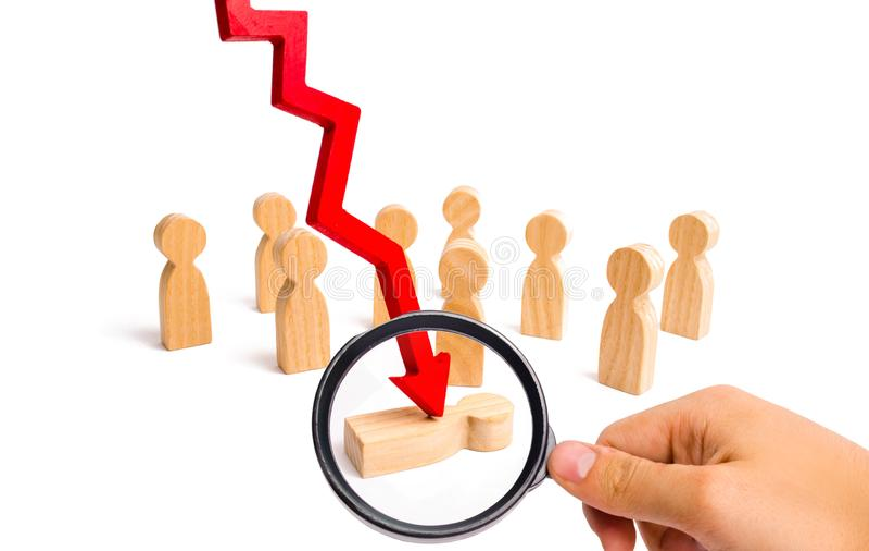 Het vergrootglas bekijkt de rode pijl splijt de persoon voor een menigte Psychologische druk Slachtoffer van economi stock afbeelding
