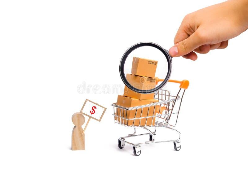 Het vergrootglas bekijkt een mens met een affiche verkoopt goederen concept handel en handel, de verkoop en de aankoop van produc royalty-vrije stock foto's