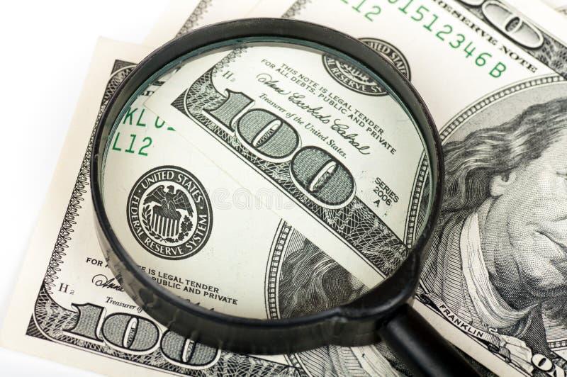 Download Het Vergrootglas Is Op Honderd Dollarsrekening Stock Afbeelding - Afbeelding bestaande uit zwart, dollars: 29508085