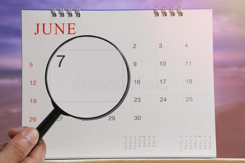 Het vergrootglas ter beschikking op kalender u kan Zevende dag van kijken royalty-vrije stock afbeelding