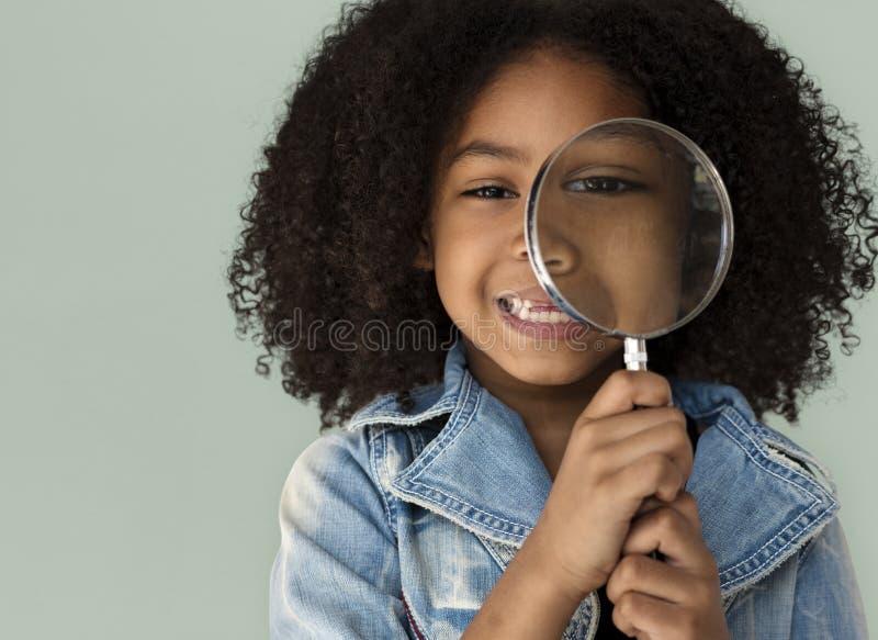 Het Vergrootglas van de meisjeholding het Glimlachen stock foto