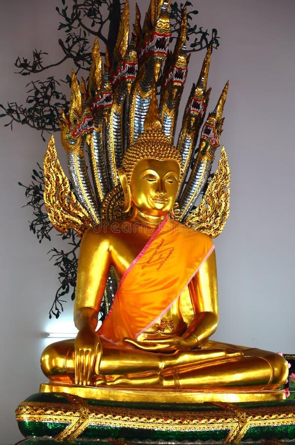Het vergulde standbeeld van Boedha in Tempel van Doende leunen Boedha bangkok royalty-vrije stock foto's