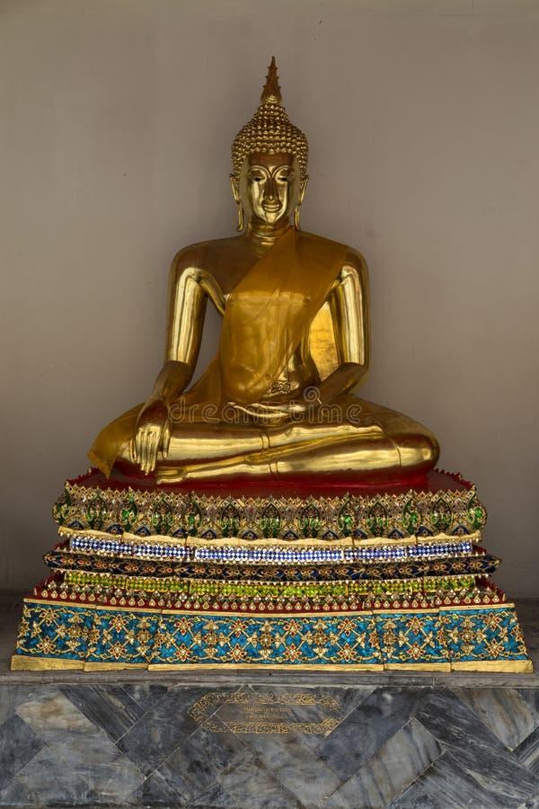 Het vergulde standbeeld van Boedha in Wat Pho Temple van Doende leunen Boedha stock afbeeldingen
