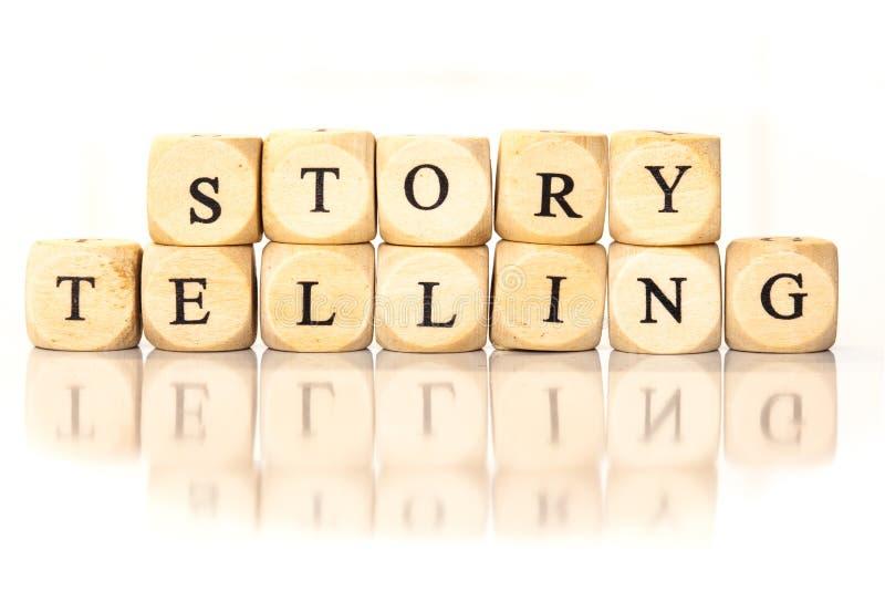 Het verhaal die gespeld woord vertellen, dobbelt brieven met bezinning stock foto's