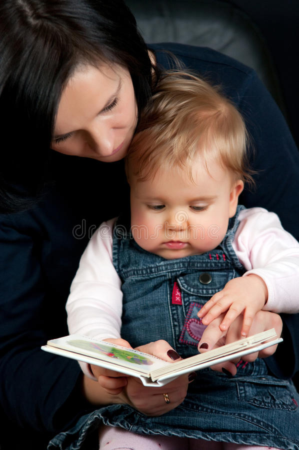 Het verhaal van de de lezingsbaby van de moeder stock afbeeldingen