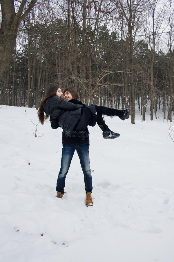 Het verhaal van de de winterliefde tussen een man en een vrouw stock afbeelding