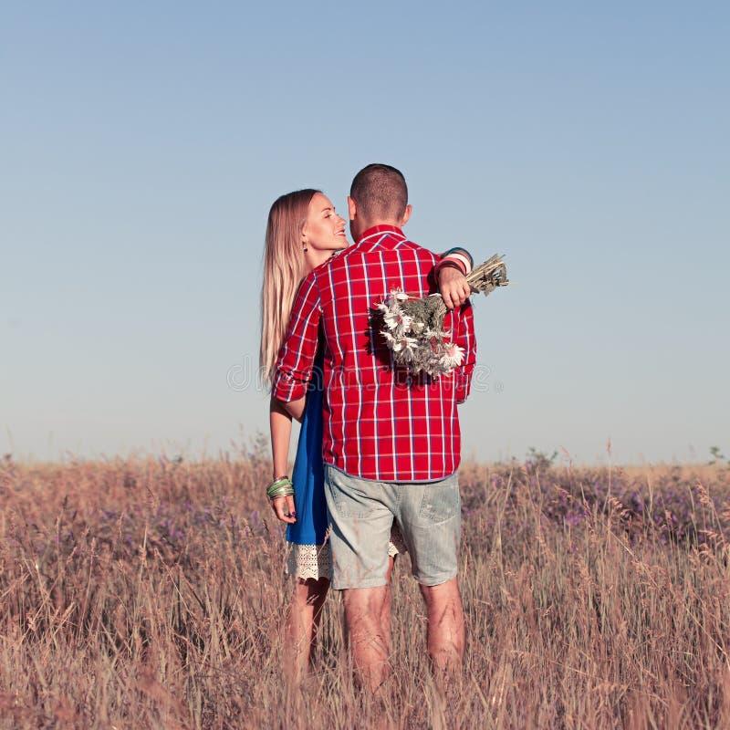 Het verhaal van de liefde Mooi jong paar die in weide lopen, openlucht stock foto
