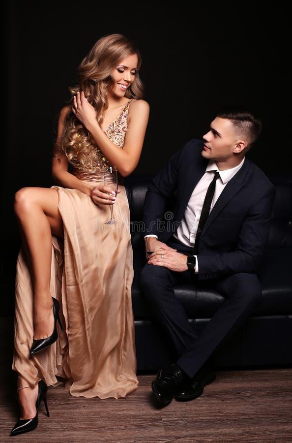 Het verhaal van de liefde mooi sexy paar schitterende blonde vrouw en knappe man stock foto