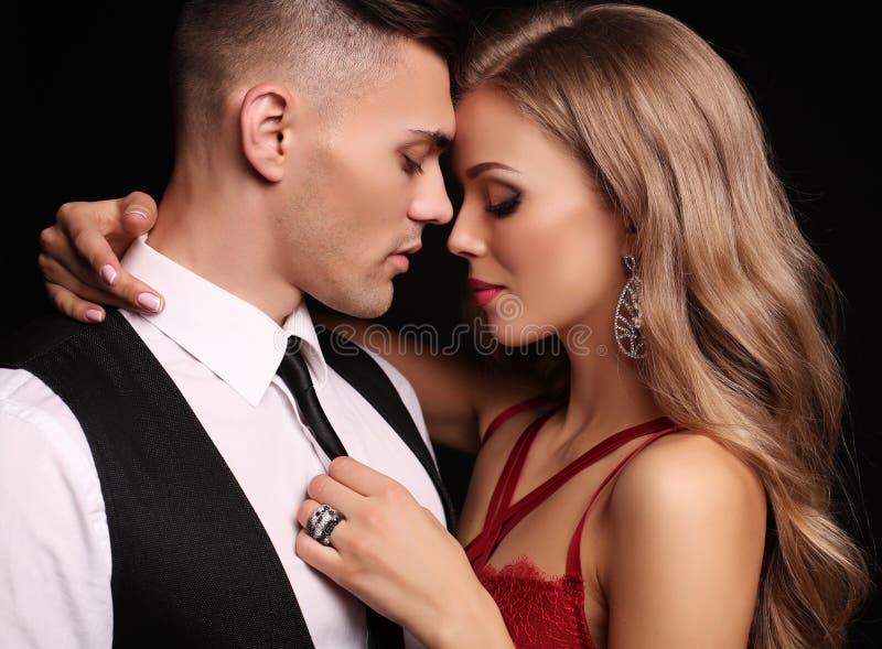 Het verhaal van de liefde mooi sexy paar schitterende blonde vrouw en knappe man stock afbeeldingen