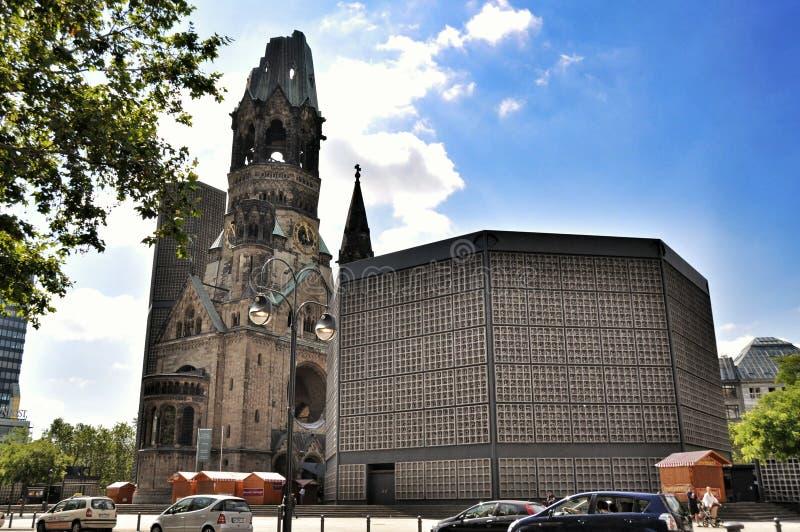 Het verkeer en Kaiser Wilhelm Memorial Church, Berlin Germany van Berlijn stock fotografie