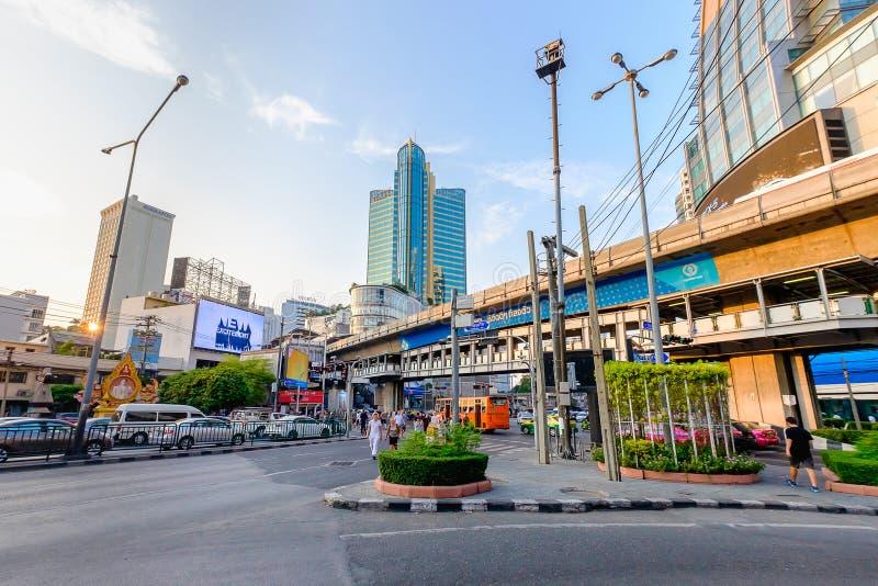 Het verkeer van Bangkok in avond stock foto