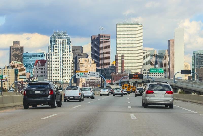 Het verkeer van Boston met de stad in op achtergrond stock afbeeldingen