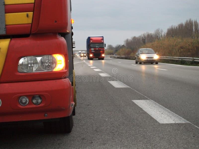 Het verkeer van de autosnelwegzonsondergang stock foto