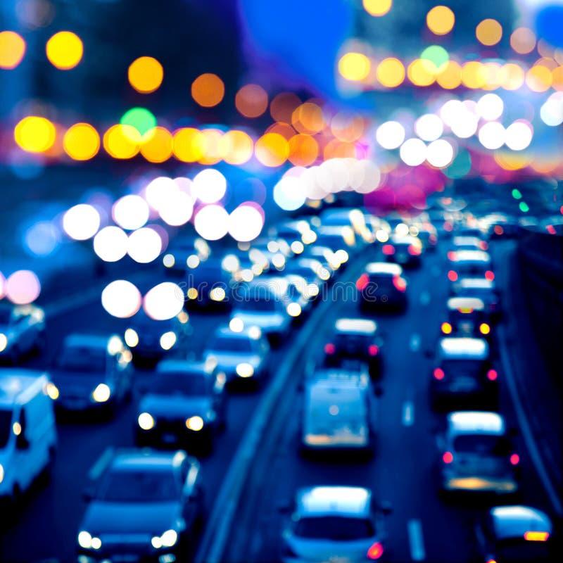Het verkeer van de avond. De stadslichten. stock foto