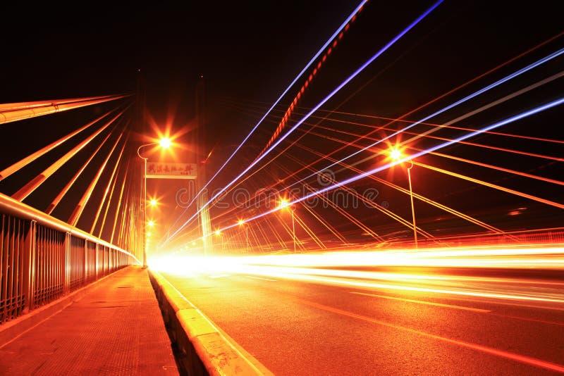 Het verkeer van de brug bij nacht stock afbeeldingen