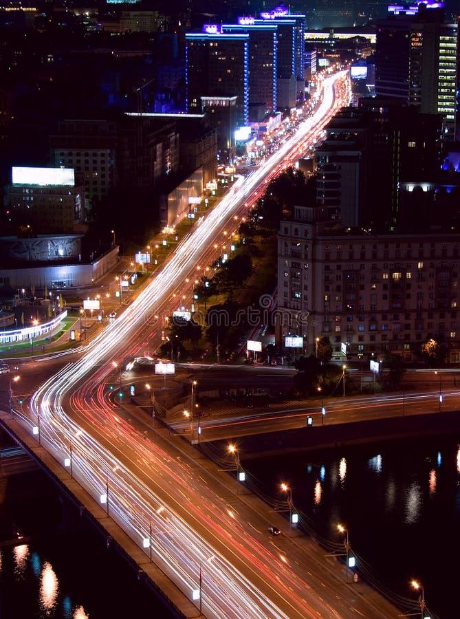 Het verkeer van de de stadsnacht van Moskou royalty-vrije stock afbeeldingen