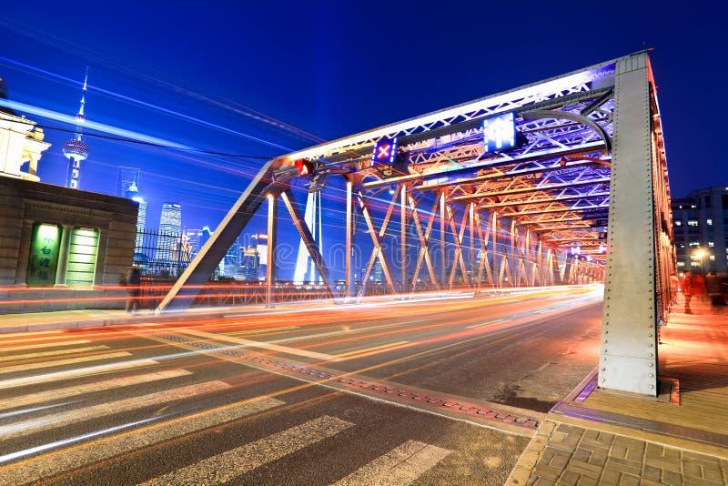 Het verkeer van de de tuinbrug van Shanghai bij nacht stock foto's