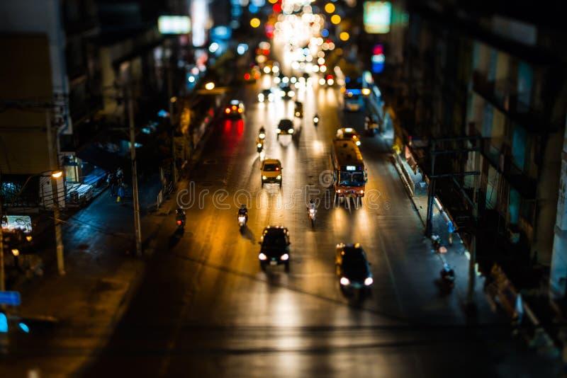 Het Verkeer van de nacht in Bangkok De mensen kruisen de straat bij een voetgangersoversteekplaats De autokoplampen zijn uit nadr royalty-vrije stock foto's
