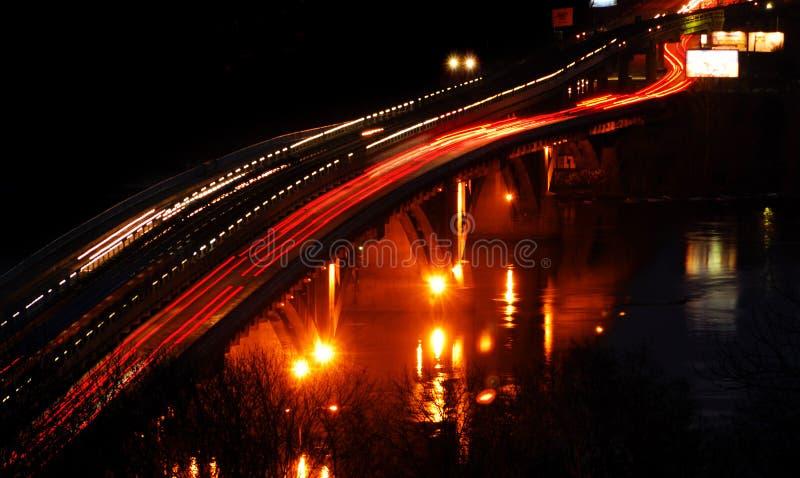 Het verkeer van de nacht op de brug stock afbeeldingen