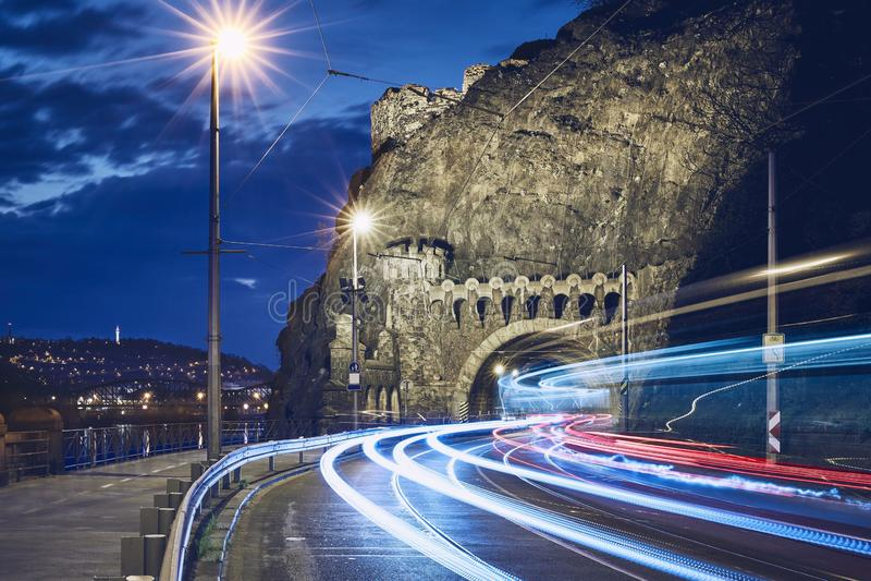 Het verkeer van de nacht in stad stock foto's
