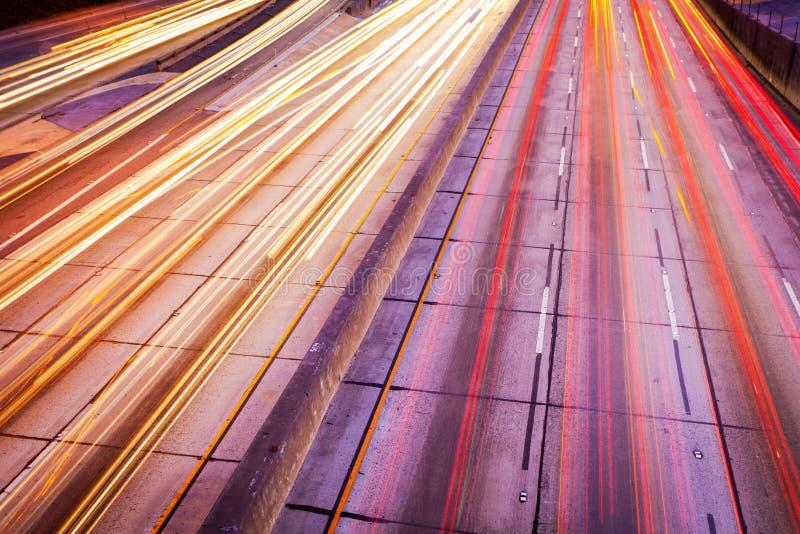 Het Verkeer van de snelweg bij Nacht, royalty-vrije stock afbeelding