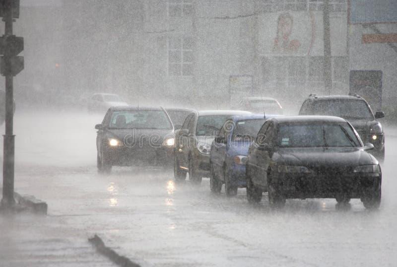 Het verkeer van de stad op de regen in Kharkov stock afbeelding