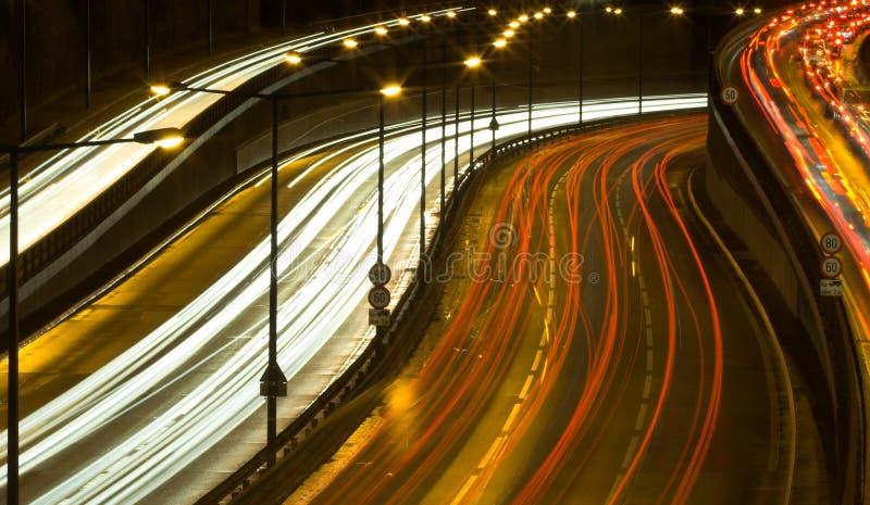 Het verkeer van de weg bij nacht stock fotografie